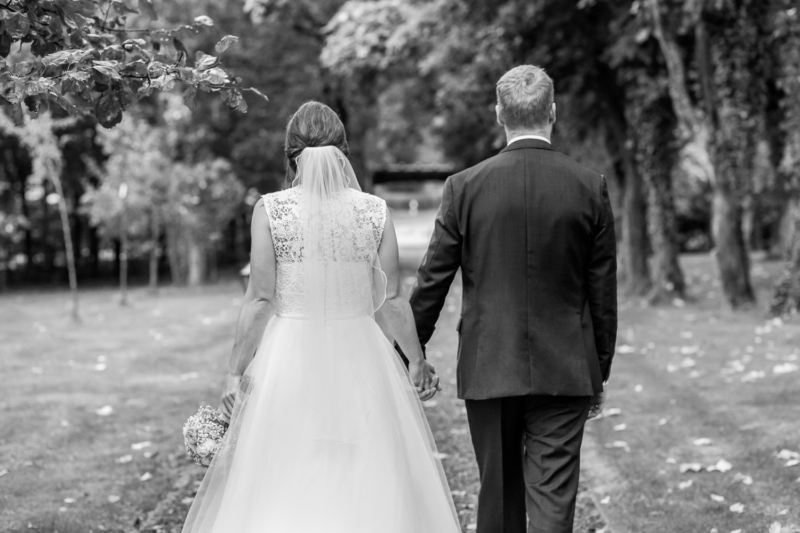 wedding couple by sarahandsamuelphotography