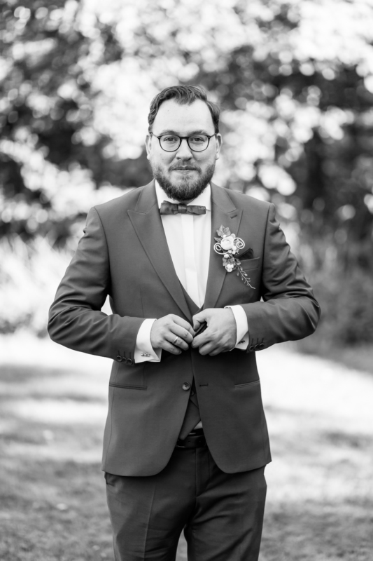 wedding groom by sarahandsamuelphotography