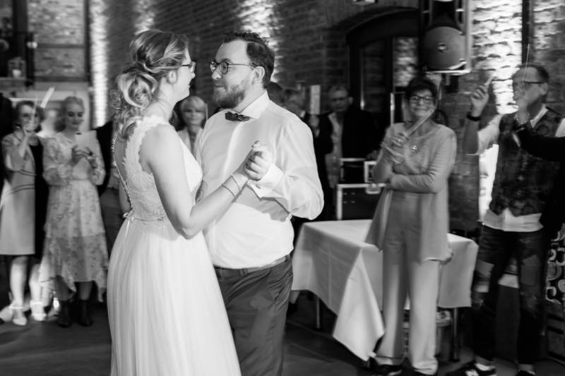 wedding first dance by sarahandsamuelphotography